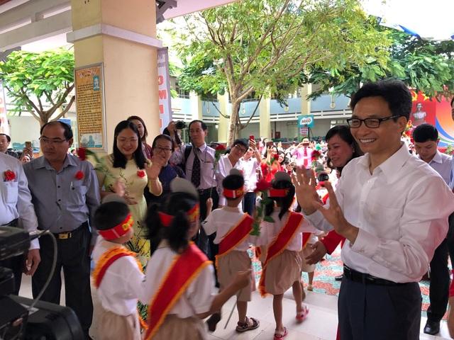 Học trò cả nước náo nức khai giảng năm học mới - 17