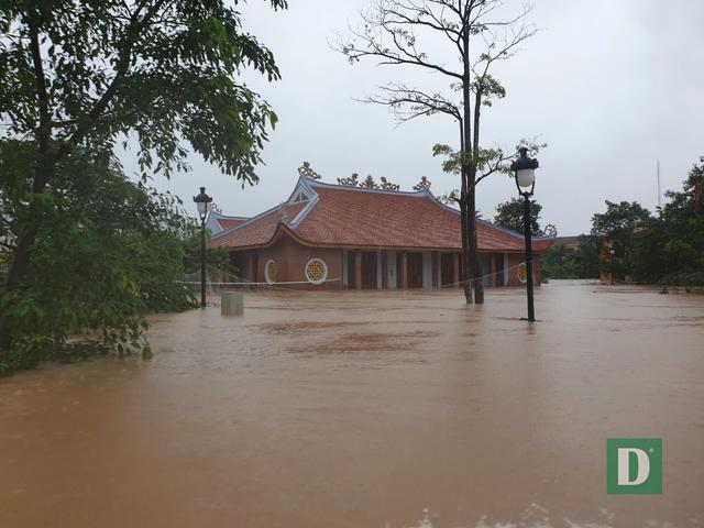 Vùng rốn lũ tiếp tục ngập sâu, nhiều xã ven sông Gianh chìm trong biển nước - 10