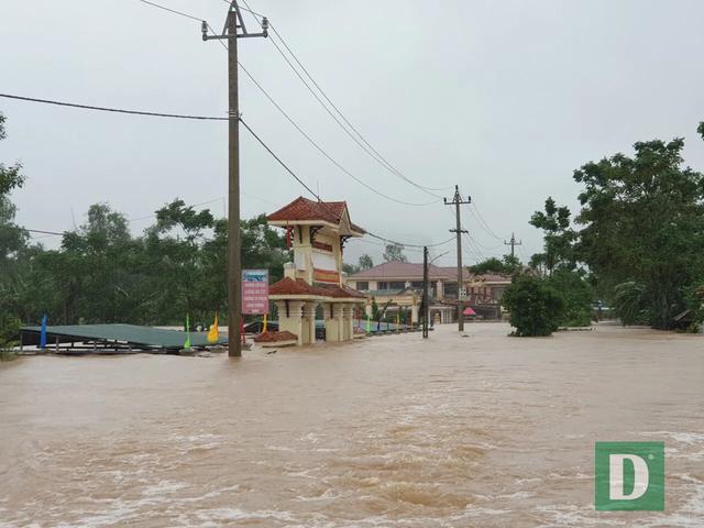 Vùng rốn lũ tiếp tục ngập sâu, nhiều xã ven sông Gianh chìm trong biển nước - 12