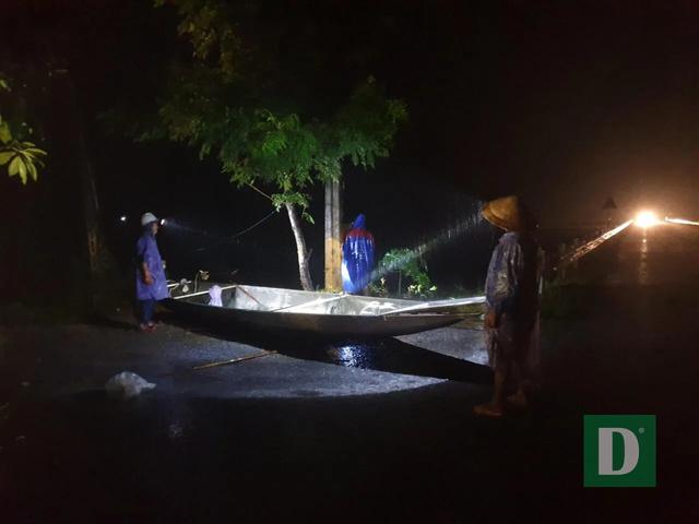 Vùng rốn lũ tiếp tục ngập sâu, nhiều xã ven sông Gianh chìm trong biển nước - 17