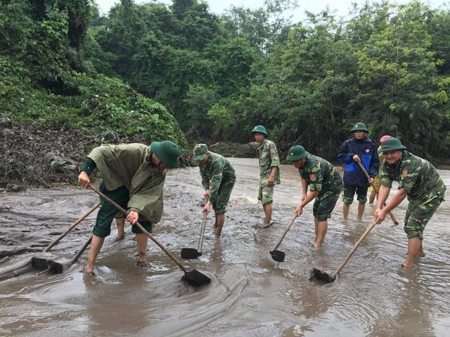 Sau mưa lũ, Bộ đội Biên phòng hối hả dọn bùn giúp dân - 1