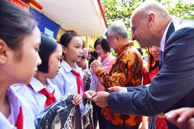 Phú Thọ: Đại sứ Nguyễn Nguyệt Nga cùng đoàn công tác tặng 1,1 tỉ đồng xây trường học - 1