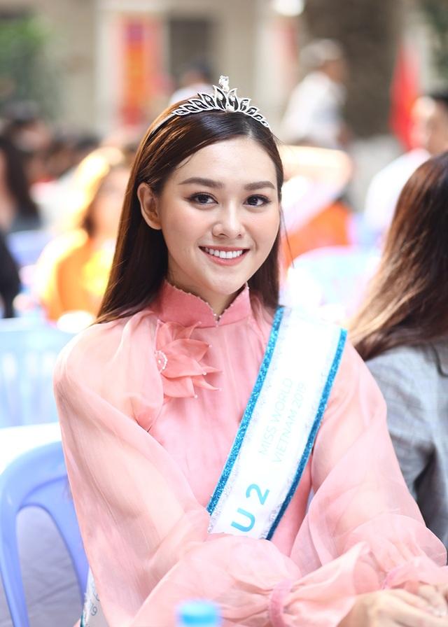 """Á hậu Tường San về thăm trường cũ, nhảy """"Để Mị nói cho mà nghe"""" cực sung - 1"""