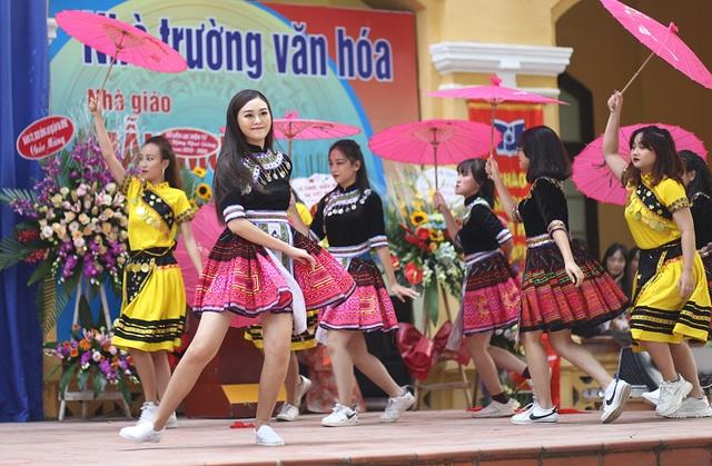 """Á hậu Tường San về thăm trường cũ, nhảy """"Để Mị nói cho mà nghe"""" cực sung - 11"""