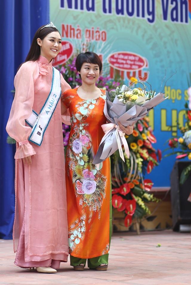 """Á hậu Tường San về thăm trường cũ, nhảy """"Để Mị nói cho mà nghe"""" cực sung - 3"""