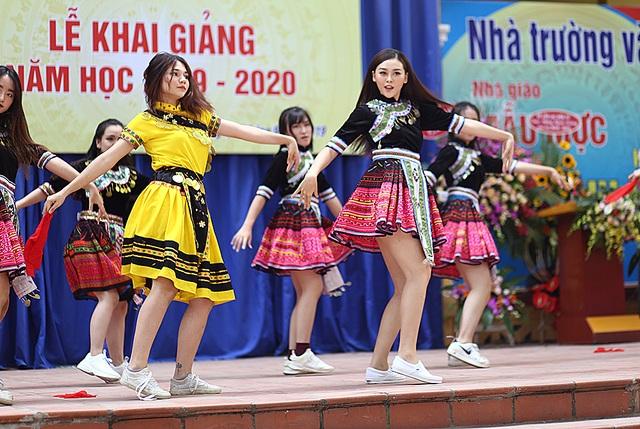 """Á hậu Tường San về thăm trường cũ, nhảy """"Để Mị nói cho mà nghe"""" cực sung - 8"""