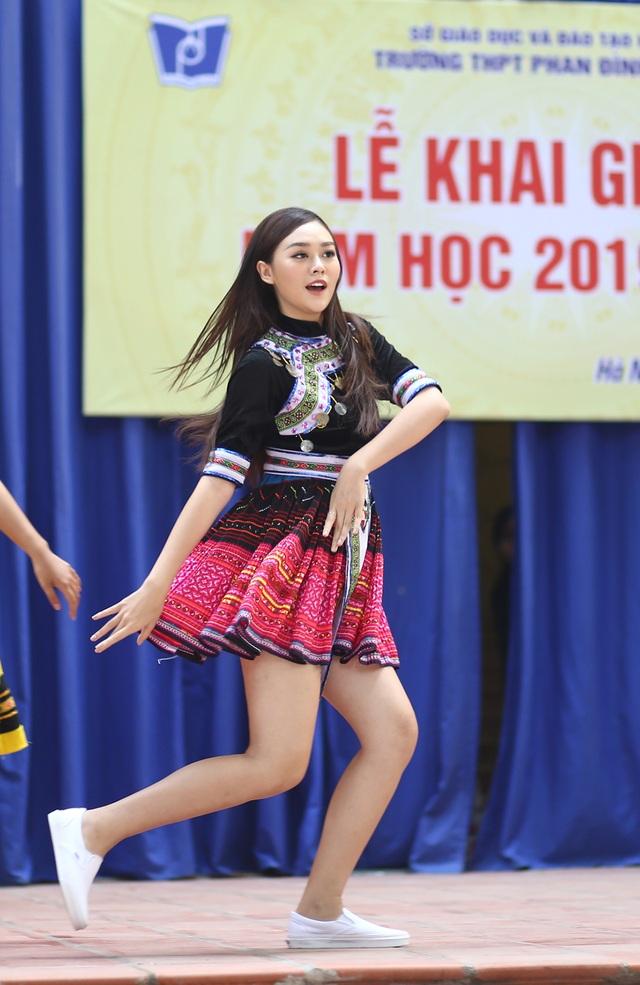 """Á hậu Tường San về thăm trường cũ, nhảy """"Để Mị nói cho mà nghe"""" cực sung - 9"""