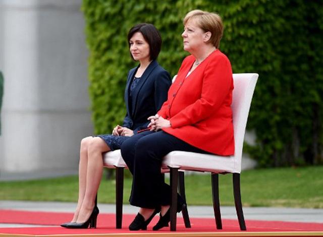 Thủ tướng Đức ngồi ghế trong lễ đón tại Trung Quốc sau 3 lần run rẩy - 2