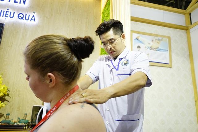 """Bấm huyệt, xoa bóp gây """"sốt"""" tại  hội chợ Du lịch Quốc tế TPHCM - 1"""