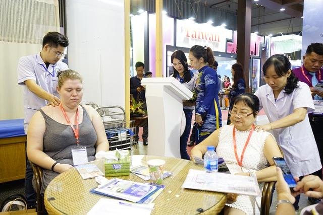 """Bấm huyệt, xoa bóp gây """"sốt"""" tại  hội chợ Du lịch Quốc tế TPHCM - 2"""