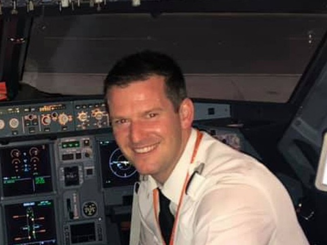Không muốn vợ con bị lỡ chuyến bay, hành khách xung phong lên lái máy bay - 2
