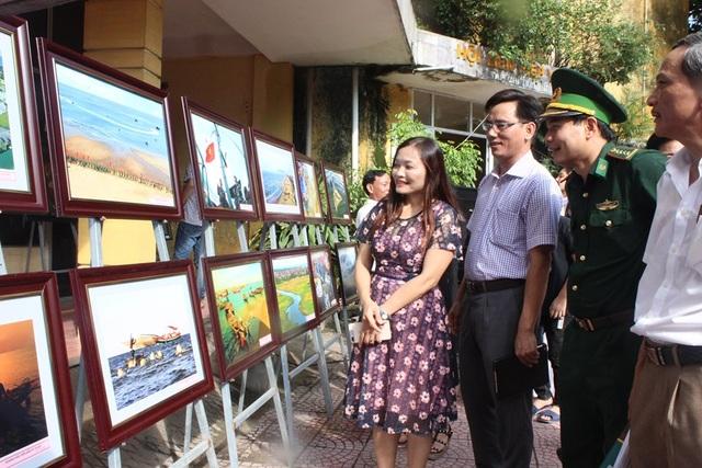 Triển lãm tranh ảnh về biển đảo gây quỹ ủng hộ đồng bào lũ lụt - 2