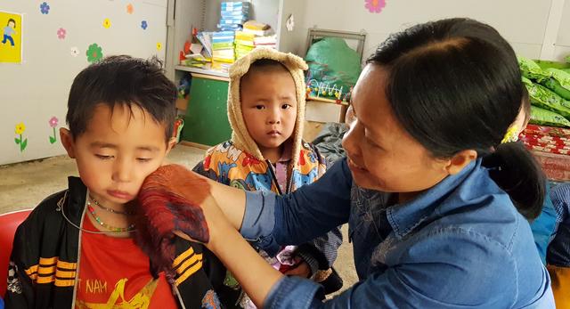 Hai cô giáo hy sinh tuổi xuân để làm mẹ của 17 đứa trẻ H'Mông - 4