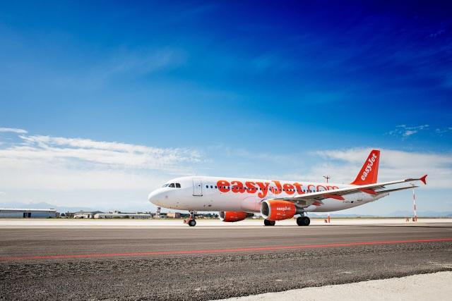 Không muốn vợ con bị lỡ chuyến bay, hành khách xung phong lên lái máy bay - 3