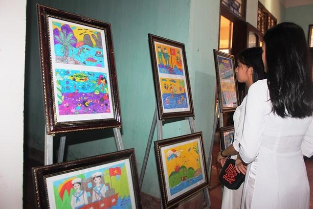Triển lãm tranh ảnh về biển đảo gây quỹ ủng hộ đồng bào lũ lụt - 3