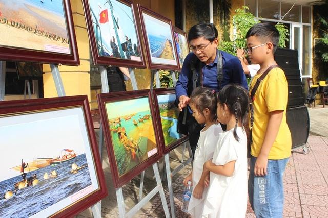 Triển lãm tranh ảnh về biển đảo gây quỹ ủng hộ đồng bào lũ lụt - 4