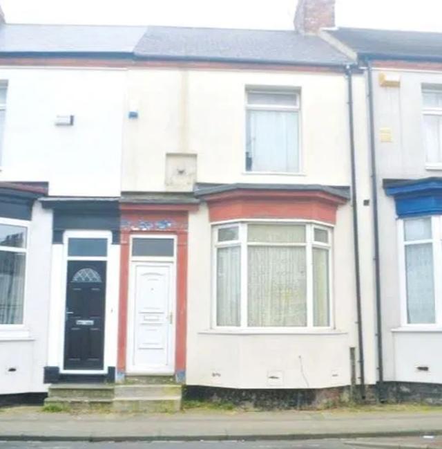 Nhà rẻ như cho: Bất ngờ với hai căn nhà lớn treo giá chỉ 1 bảng ở Anh - 1