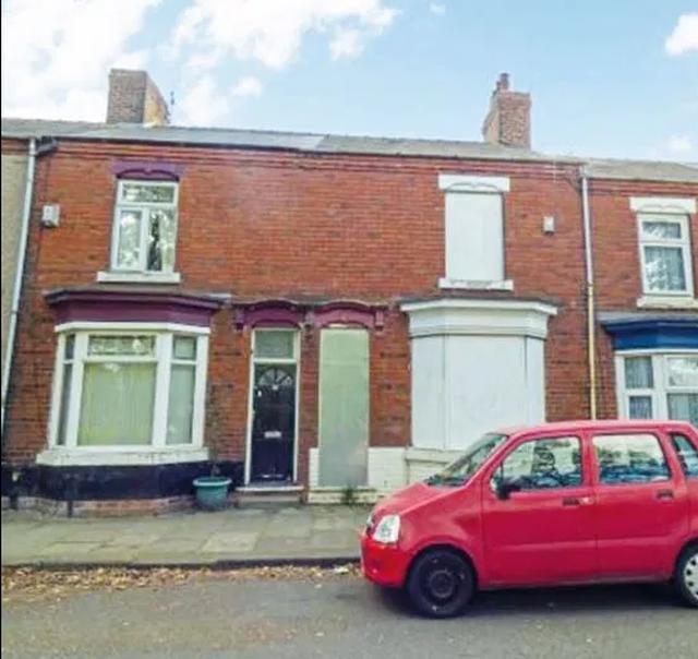 Nhà rẻ như cho: Bất ngờ với hai căn nhà lớn treo giá chỉ 1 bảng ở Anh - 2