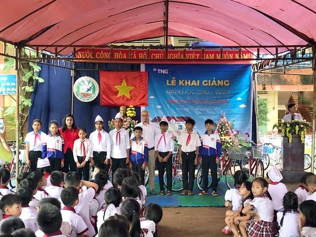 Tập đoàn TNG Holdings Vietnam trao tặng 110 xe đạp cho học sinh nghèo tại Gia Lai, Kon Tum - 2