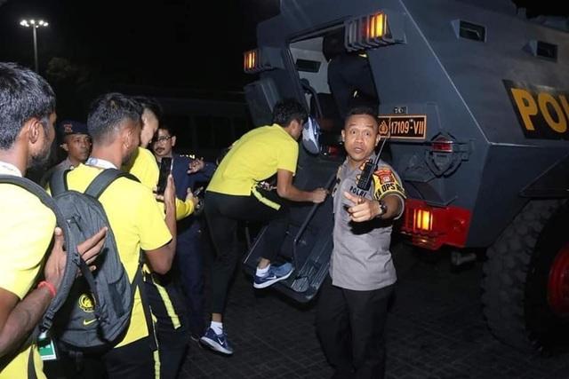 Cổ động viên Indonesia làm loạn, tuyển Malaysia phải rời sân bằng xe bọc thép - 4