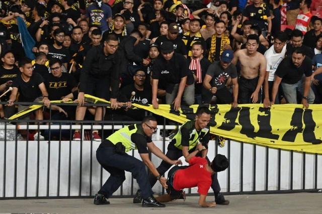 Cổ động viên Indonesia làm loạn, tuyển Malaysia phải rời sân bằng xe bọc thép - 2