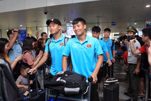 Đội tuyển Việt Nam về nước, Tuấn Anh bị vây kín tại sân bay Nội Bài - 18