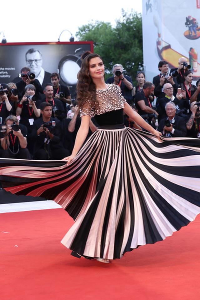 Siêu mẫu Sara Sampaio quyến rũ với váy hở lưng - 7