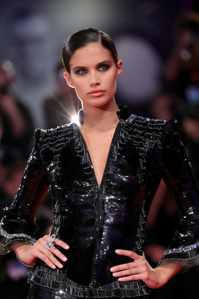 Siêu mẫu Sara Sampaio quyến rũ với váy hở lưng - 9
