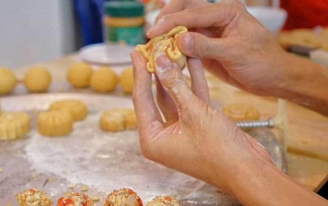 Cafe lạ Hà Nội, bà chủ tự làm 2.000 bánh trung thu tặng khách - 2