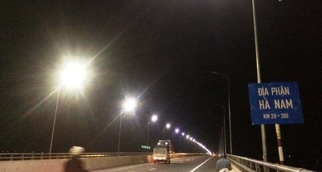 Cây cầu đêm nào cũng nửa sáng nửa tối: Đèn đã sáng nhưng vẫn... bất bình thường! - 1
