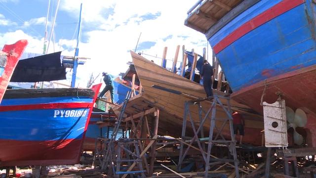 Phú Yên: Nhiều rủi ro khi ngư dân tự cải hoán, nối tàu cá dài trên 15m  - 5