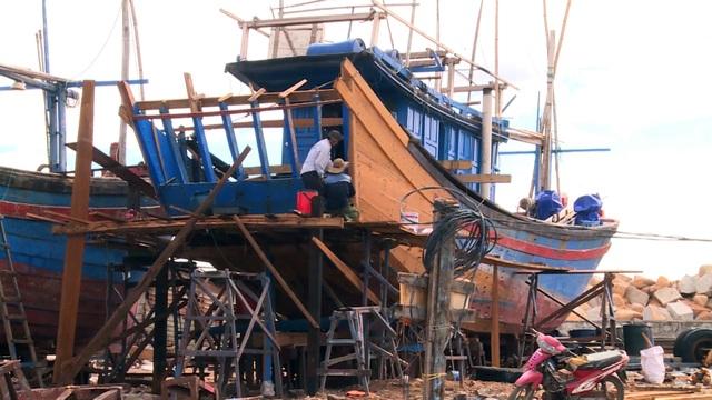 Phú Yên: Nhiều rủi ro khi ngư dân tự cải hoán, nối tàu cá dài trên 15m  - 2