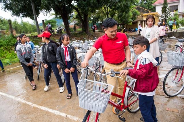 Tập đoàn TNG Holdings Vietnam trao tặng 110 xe đạp cho học sinh nghèo tại Gia Lai, Kon Tum - 4