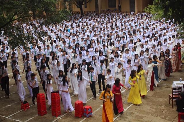 """Thầy cô và gần 1.000 học sinh nhảy cha cha cha gây """"sốt"""" mạng xã hội - 1"""