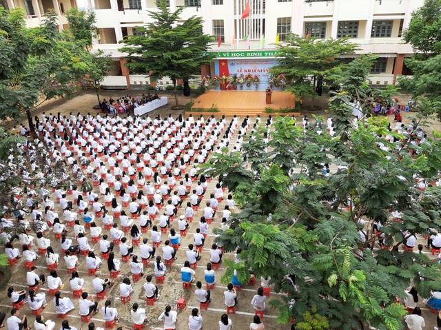 """Thầy cô và gần 1.000 học sinh nhảy cha cha cha gây """"sốt"""" mạng xã hội - 2"""