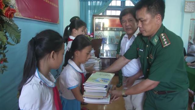 Tủ sách cho học sinh nghèo của người lính quân hàm xanh - 2