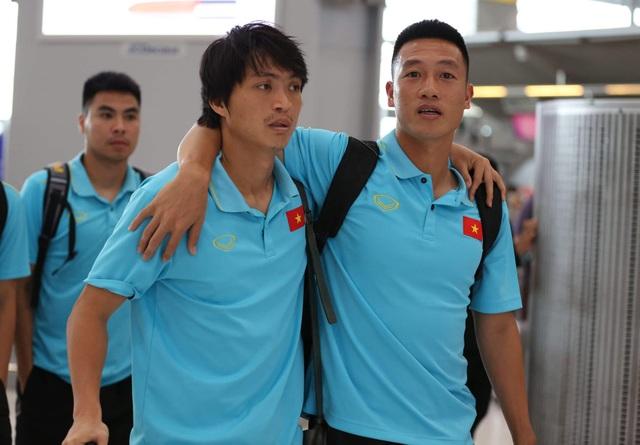Đội tuyển Việt Nam về nước, Tuấn Anh bị vây kín tại sân bay Nội Bài - 17