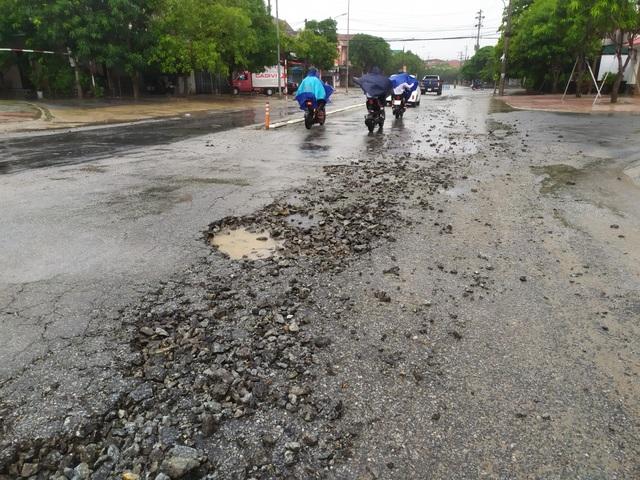 Hết hồn với cạm bẫy giao thông sau mưa lớn - 2