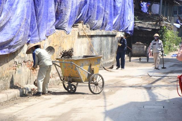 Quây bạt, dọn vệ sinh quanh khu vực cháy Nhà máy Rạng Đông - 3