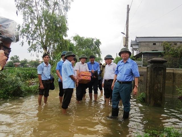 Bộ trưởng TNMT tới thăm và động viên người dân vùng lũ - 2
