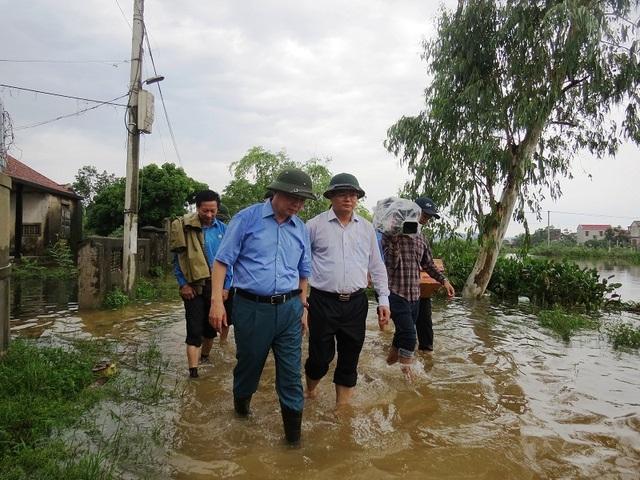 Bộ trưởng TNMT tới thăm và động viên người dân vùng lũ - 1