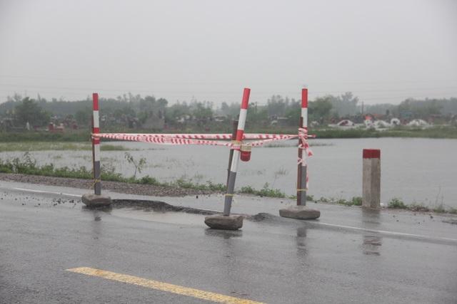 Hết hồn với cạm bẫy giao thông sau mưa lớn - 3
