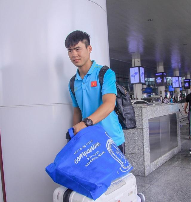 Đội tuyển Việt Nam về nước, Tuấn Anh bị vây kín tại sân bay Nội Bài - 8