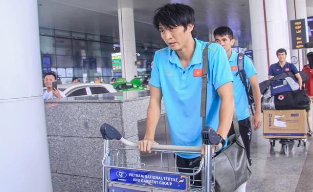 Đội tuyển Việt Nam về nước, Tuấn Anh bị vây kín tại sân bay Nội Bài - 11