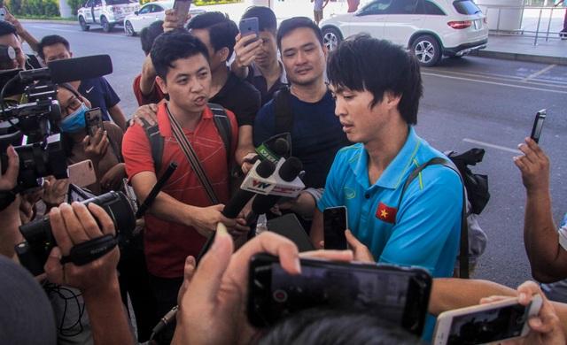Đội tuyển Việt Nam về nước, Tuấn Anh bị vây kín tại sân bay Nội Bài - 12