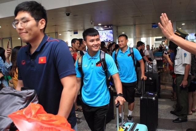 Đội tuyển Việt Nam về nước, Tuấn Anh bị vây kín tại sân bay Nội Bài - 14