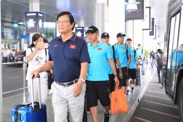 Đội tuyển Việt Nam về nước, Tuấn Anh bị vây kín tại sân bay Nội Bài - 15