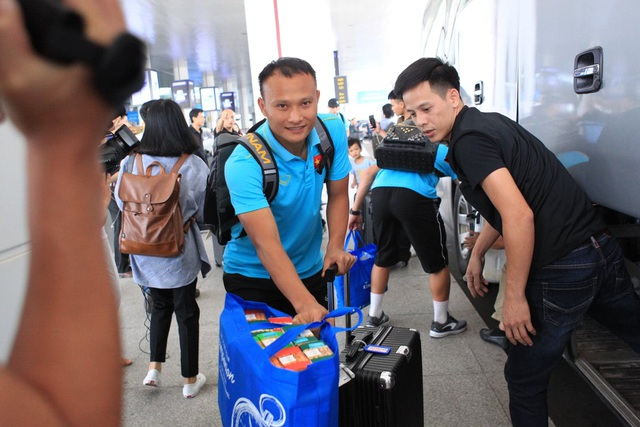 Đội tuyển Việt Nam về nước, Tuấn Anh bị vây kín tại sân bay Nội Bài - 13