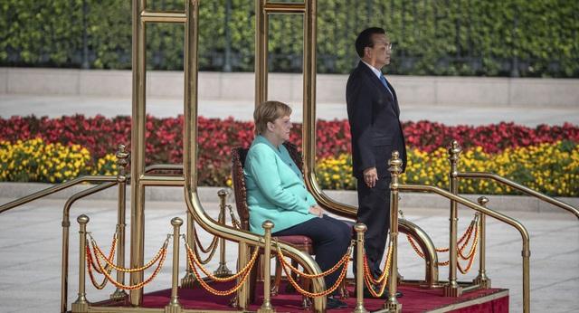 Thủ tướng Đức ngồi ghế trong lễ đón tại Trung Quốc sau 3 lần run rẩy - 1