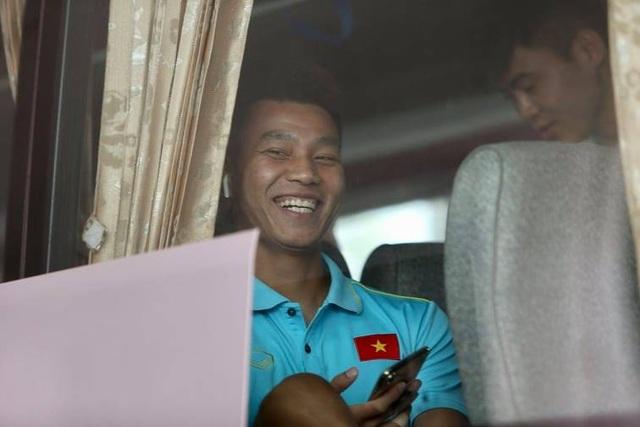 Đội tuyển Việt Nam về nước, Tuấn Anh bị vây kín tại sân bay Nội Bài - 19